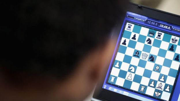 Depois de 19 dias de batalha, Magnus Carlsen finalmente alcançou a vitória e venceu o Campeonato Mundial de Xadrez nesta quarta-feira, em Londres. Ele é o dono do título desde 2013. Desta vez, o norueguês venceu o americano Fabiano Caruana por 3 a 0 no desempate por partidas rápidas - desfecho para uma disputa que se iniciou em 9 de novembro. Carlsen, de 27 anos, receberá um prêmio de valor superior a US$ 1 milhão (cerca de R$ 3,8 milhões). Ele confirma também a atribuição de ter talvez o principal rosto da renovação deste jogo, criado há mais de 1.500 anos. O homem que sobreviveu a contato com tribo isolada que matou americano: 'Estava claro que eu não era bem-vindo' O boi gigante que chocou telespectadores de TV australiana e escapou do abate por ser 'grande demais' Oligopólio soviético Para começar, Carlsen não nasceu na União Soviética ou em algum país do Leste Europeu, região que lidera no ramo desde a Guerra Fria. Até o surgimento desta estrela norueguesa, somente dois enxadristas conseguiram romper o oligopólio soviético e de seus aliados desde 1937: o americano Bobby Fischer e o indiano Viswanathan Anand. Nenhum deles, porém, chegou ao nível de excelência de Carlsen. Nem mesmo o russo Gary Kasparov, que ficou famoso mundialmente por seus duelos contra computadores nos anos 90. Direito de imagemGETTY IMAGES Image caption Caruana (na foto, à esq.) e Carlsen já se enfrentaram 56 vezes Carlsen se tornou um fenômeno inédito e global no xadrez desde que conquistou o primeiro título mundial, aos 22 anos. Além da genialidade no tabuleiro, sua imagem protagonizou propagandas de relógios de luxo, de carros esportivos e da grife holandesa G-Star Raw. Um documentário sobre sua vida já chegou a 56 países e, em 2013, seu nome figurou entre as 100 pessoas mais influentes do mundo segundo a revista TIME. Outro indicador de sua popularidade foi ter aparecido... em um episódio do desenho Os Simpsons. Direito de imagemFOX Image caption Magnus Carlson foi retratado em um episód