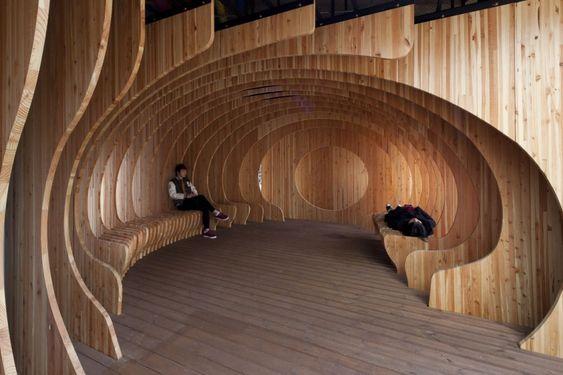 Estudantes constroem um abrigo lúdico de madeira no centro de Tallinn, Estônia, © Paco Ulman